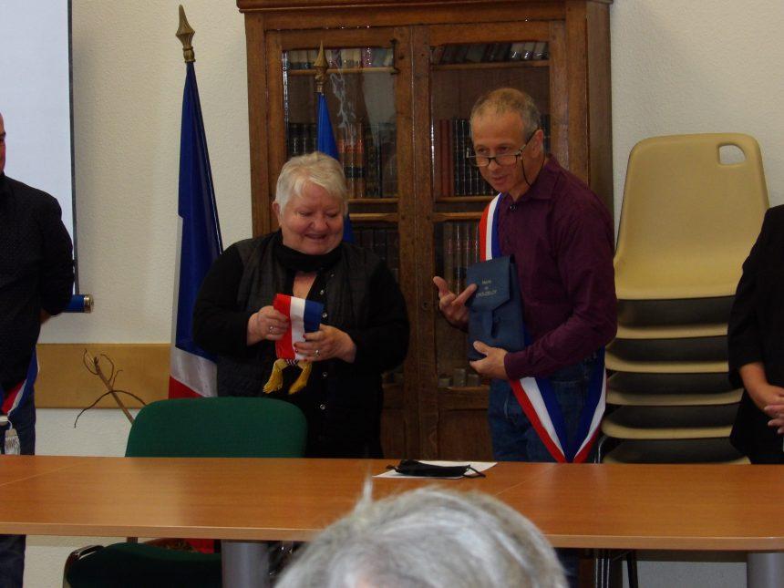 Remise de l'écharpe à Maryvonne Ragot